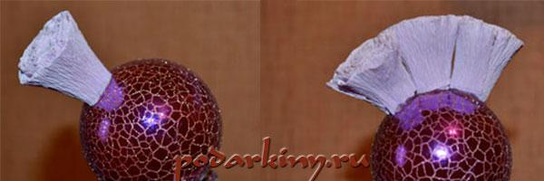Приклеиваем розы из гофрированной бумаги на шарик