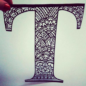 Буква с рисунком в технике дудлинг