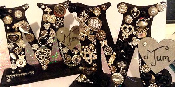 Крашеные буквы с декором из подвесок