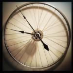 Часы из колеса от велосипеда