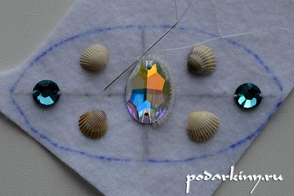 Приклеиваю кристаллы на фетр