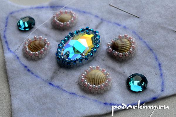 Оплетаю все кристаллы и ракушки бисером разного размера