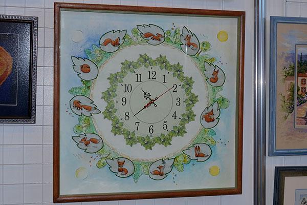 Часы с вышитыми лисятами на стенде форума Хомячки на ФР