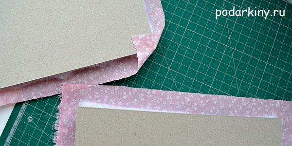 Приклеиваю уголки ткани на картона